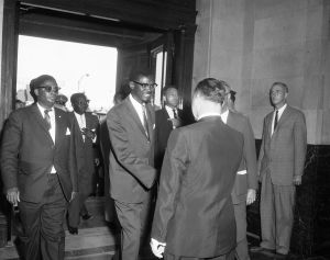 Patrice Lumumba à l'hôtel de ville de Montréal, 29 juillet 1960 en présence du maire Sarto Fournier, VM94,Z790-3
