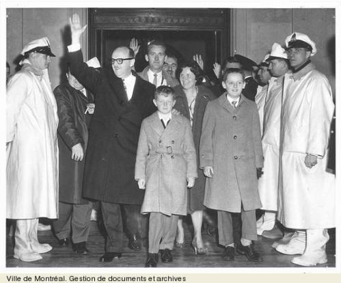 Jean Drapeau à son arrivée à l'hôtel de ville, 24 octobre 1960, VM6,D051
