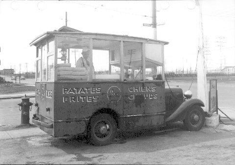 Voiture à patates frites au de la rue coin Masson et boulevard Pie IX, 5 mai 1947, VM94,Z384-2