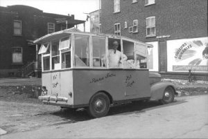 Voiture à patate frites coin Ontario et Darling, 5 mai 1947,  VM94,Z385-2