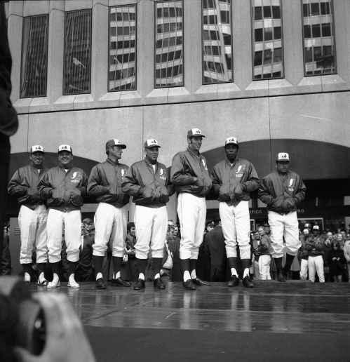 Les joueurs des Expos à la Place Ville-Marie, 7 avril 1970, VM94-E2580-067