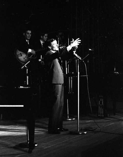Claude Léveillée à la Place des Arts, 1964, VM94-S6-009