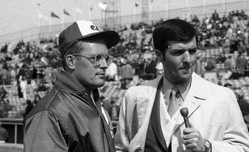 Le lanceur Claude Raymond et le journaliste Pierre Dufault de Radio-Canada, 1970, VM94-E2581-004