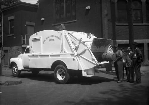 Éboueur au travail, 7 juin 1950, VM94-Z365-2