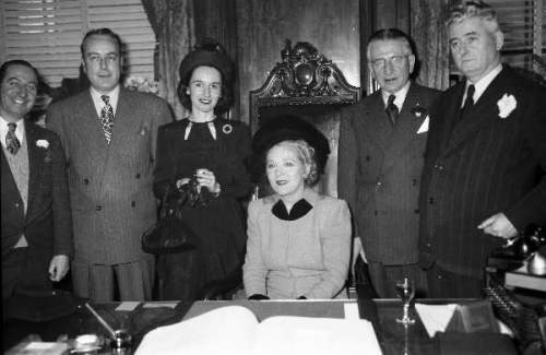Mary Pickford à l'hôtel de ville, 1948, VM94-Z289-2