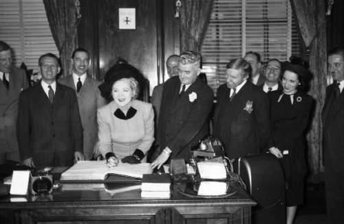Mary Pickford à l'hôtel de ville de Montréal, 1948, VM94-Z289-3