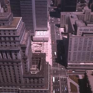 Vue du boulevard Dorechester (devenu René-Lévesque en 1987), 1964, VM94-Ad9-27.  On y voit l'édifice de la Sun Life, la Place Ville-Marie ainsi que l'hôtel Reine-Élisabeth